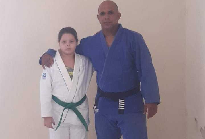 Amelia Sánchez sintió retribuidas las horas dedicadas al kárate junto a su entrenador Yusbel Enríquez.