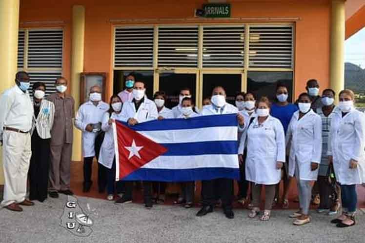 Los 13 especialistas cubanos de la Brigada Henry Reeve fueron recibidos en el aeropuerto John A. Osborne. (Foto: PL)