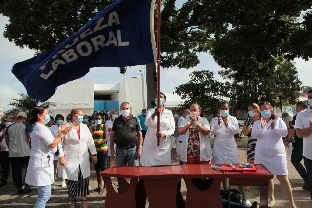 El Hospital de Rehabilitación Faustino Pérez recibió este jueves la Bandera de Proeza Laboral. (Foto: Oscar Alfonso)