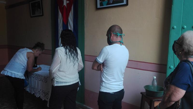 Durante el proceso de firma se cumplen las medidas higiénico-sanitarias.