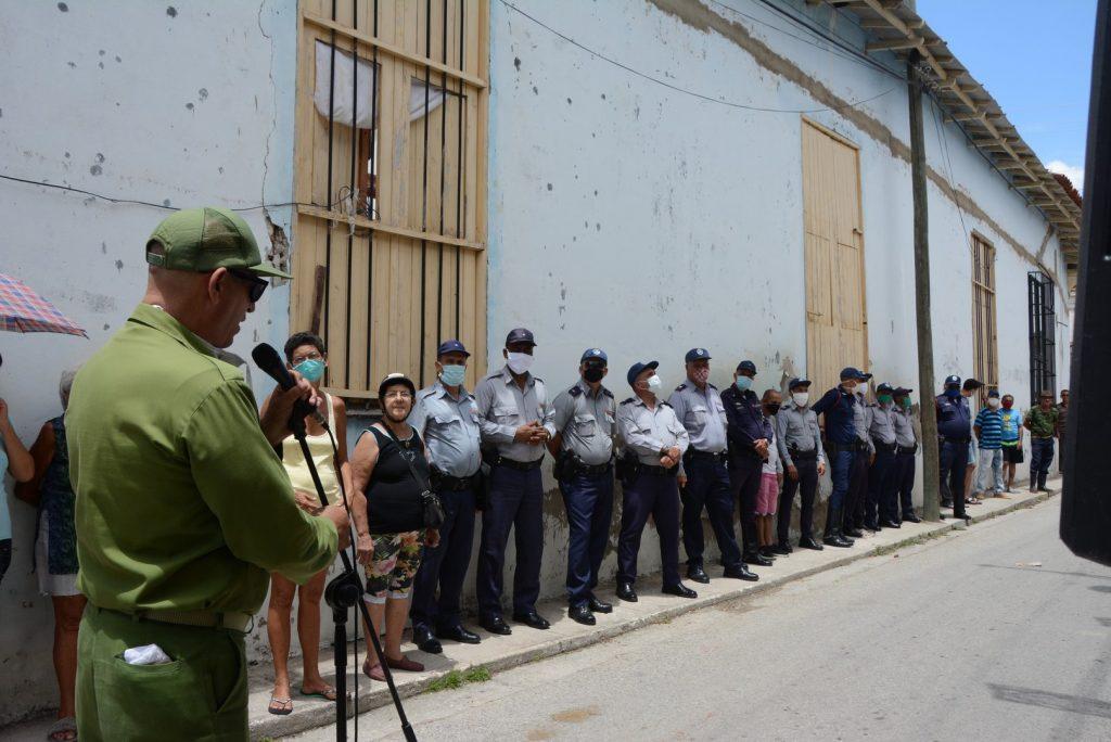 Las fuerzas policiales compartieron con los vecinos el momento de la devolución de la prenda robada.