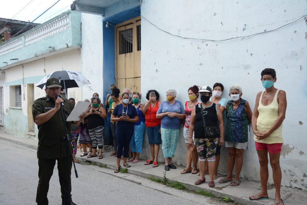 Las autoridades policiales compartieron con los vecinos los elementos que permitieron el rápido esclarecimiento de los hechos.