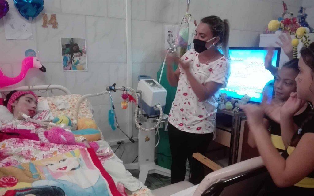 Yésika Mora, la paciente de más larga sobrevivencia en Cuba con una atrofia muscular espinal tipo I, recibió el cariño del proyecto cultural. (Foto: Odalys Cid)