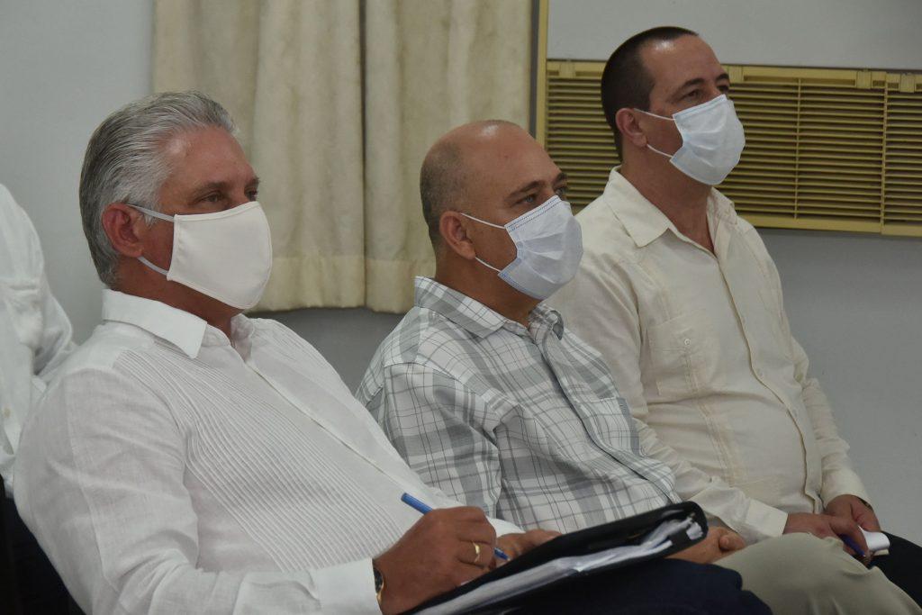 Díaz-Canel, Morales Ojeda y José Angel Portal en intercambio con científicos que trabajan en los candidatos vacunales cubanos contra la COVID-19. (Foto: Estudios Revolución)