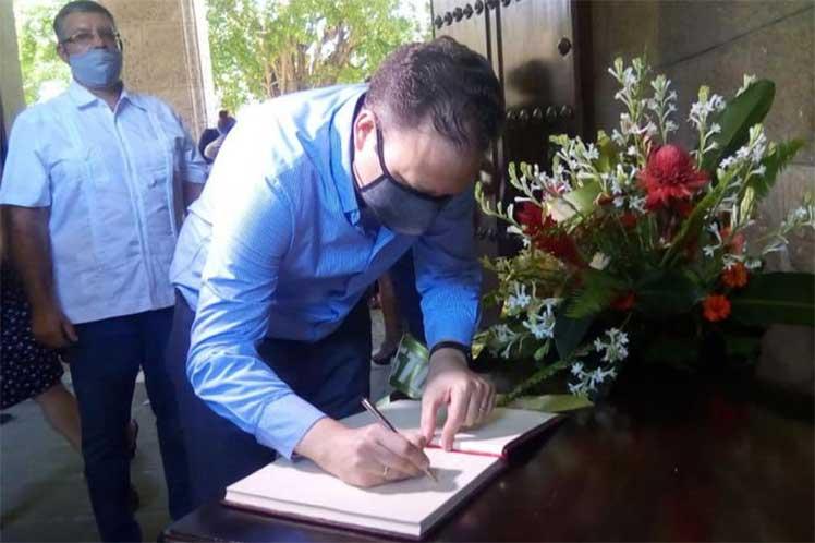 El presidente de la Uneac, Luis Morlote, abrió el libro de condolencias en La Habana. (Foto: Tribuna)