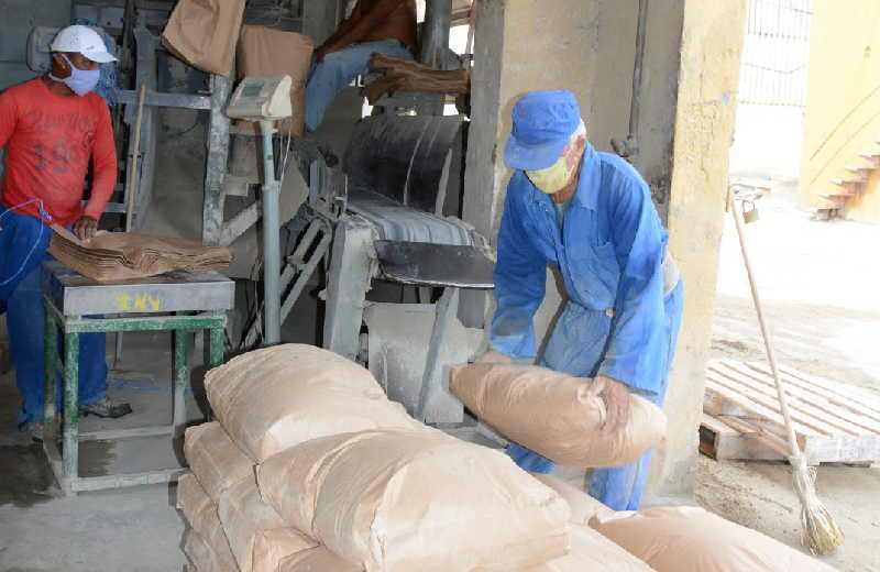 El mortero cola es utilizado para enchapes de varios tipos de cerámica. (Fotos: Carmen Rodríguez / Escambray)