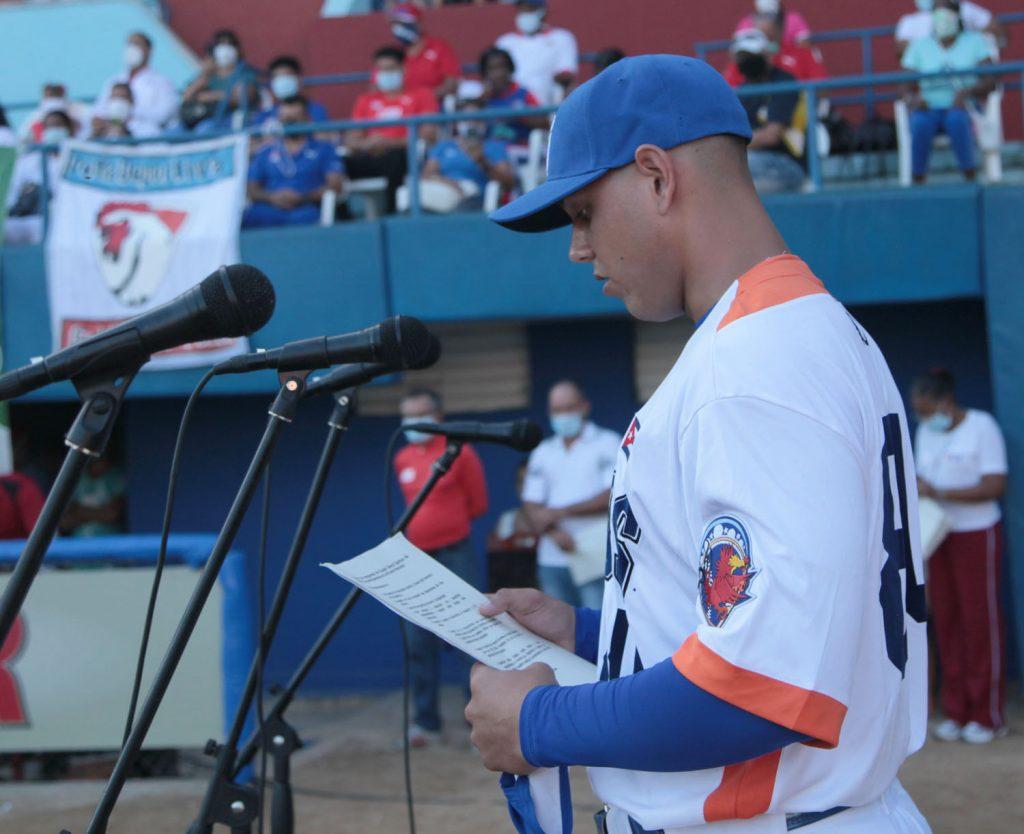 El novel receptor Loidel Rodríguez Peralta leyó los compromisos del equipo.
