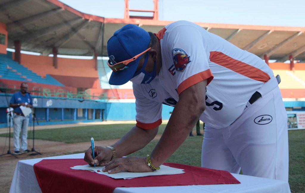 Eriel Sánchez, director de Los Gallos, durante la firma del código de ética del equipo.