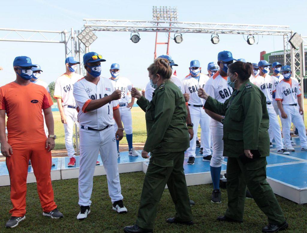 Deivy Pérez Martín y Teresita Romero Rodríguez saludan a los atletas durante la ceremonia de abanderamiento.