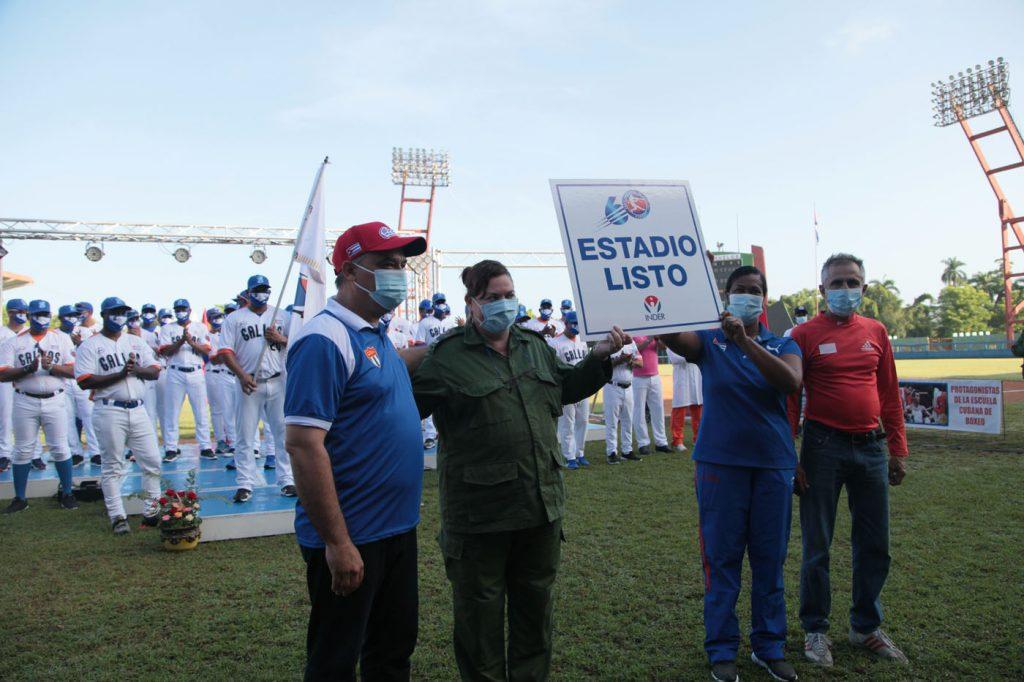 Directivos de la dirección de deportes del territorio y del estadio José Antonio Huelga recibieron la placa que acredita a la instalación lista para la Serie Nacional.