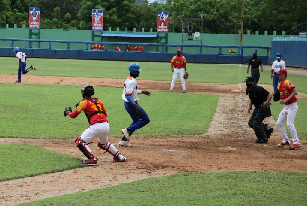 Los Gallos (uniforme blanco y azul) ganaron un importante juego contra Matanzas. (Fotos: Oscar Alfonso Sosa)