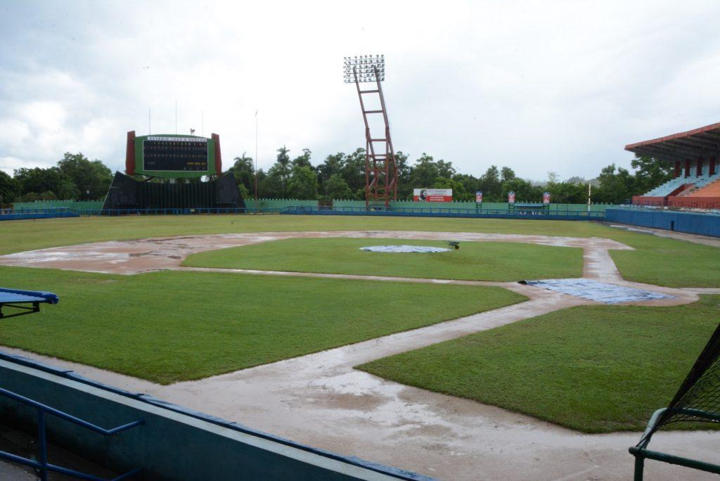 La lluvia impidió juegar este sábado en el Huelga. (Foto: Vicente Brito / Escambray)