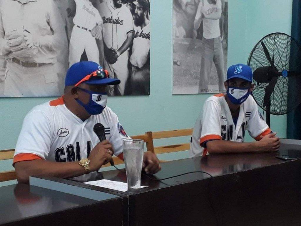 El director Eriel Sánchez y el lanzador Yankiel Mauris participaron por los Gallos en la conferencia de prensa de este domingo. (Foto: Maikel Martín)