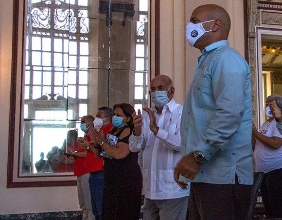 Machado Ventura y Gerardo Hernández (D), coordinador nacional de los CDR, durante el acto por el aniversario 60 de esa organización de masas. (Foto: Abel Padrón Padilla/Cubadebate)