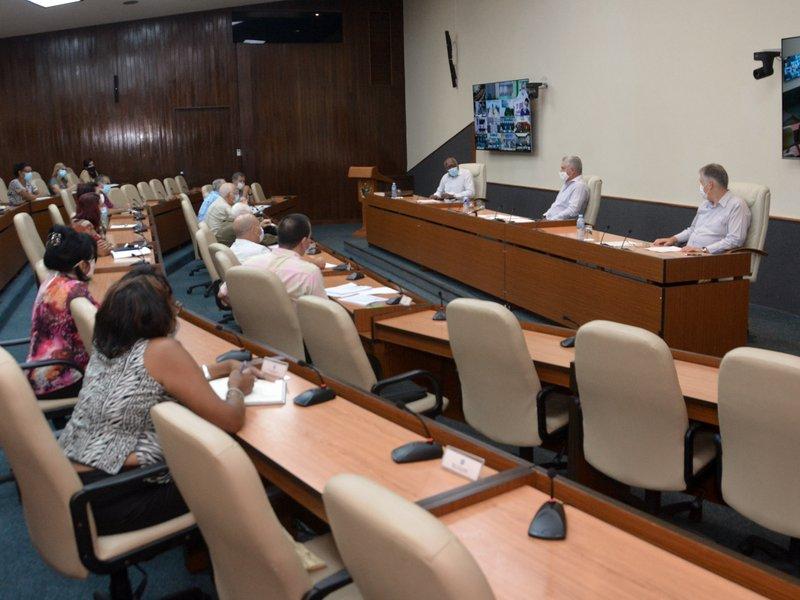 El presidente cubano se interesó por la percepción de riesgo entre los avileños, que todavía no está al nivel que se precisa. (Foto: Estudios Revolución)