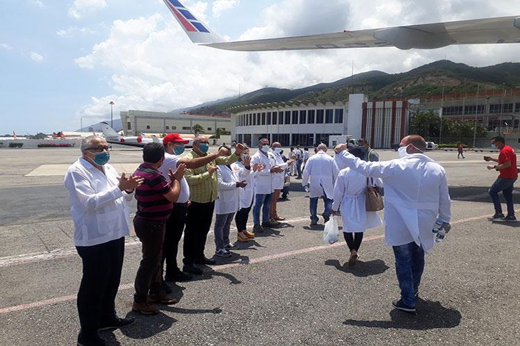 Los nuevos colaboradores fueron recibidos en el aeropuerto internacional Simón  Bolívar, de Maiquetía. (Foto: PL)