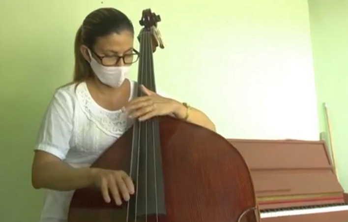 Dianelys Hernández Oliva estudia todos los días el contrabajo. (Foto: Tomada de Centrovisión)