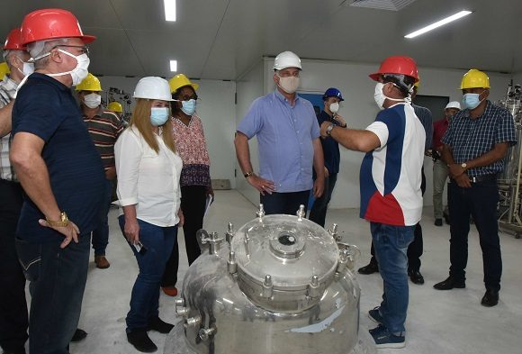 En todos los espacios Díaz-Canel intercambió con los trabajadores y  científicos. (Foto: Estudios Revolución)