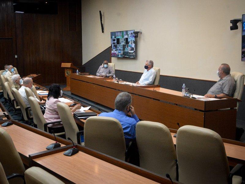 Díaz-Canel reiteró la necesidad de que se actúe con responsabilidad, y que las personas no escodan los síntomas. (Foto: Estudios Revolución)