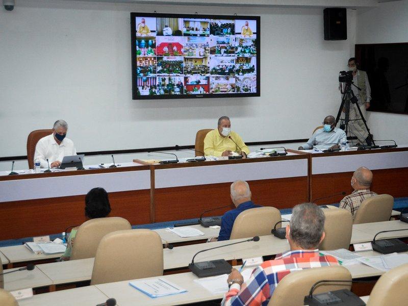 El presidente cubano participó en una videoconferencia realizada con gobernadores e intendentes de todo el país. Foto: Estudios Revolución.