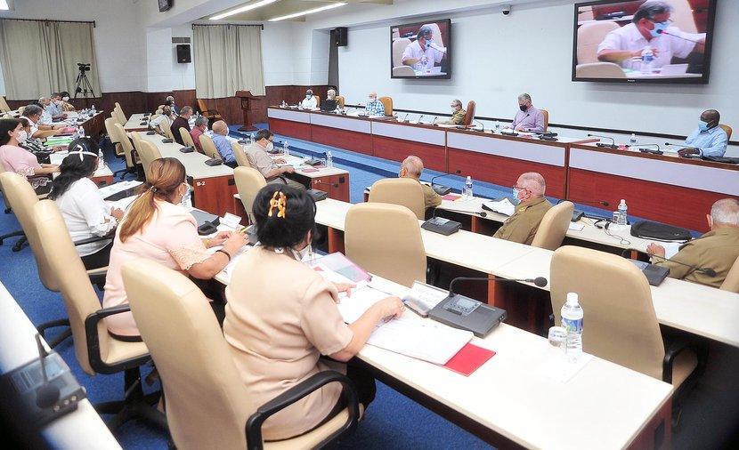 La agenda de la reunión incluyó el análisis de varias leyes que serán  presentadas a la aprobación de la Asamblea Nacional del Poder Popular. (Foto: Estudios Revolución)