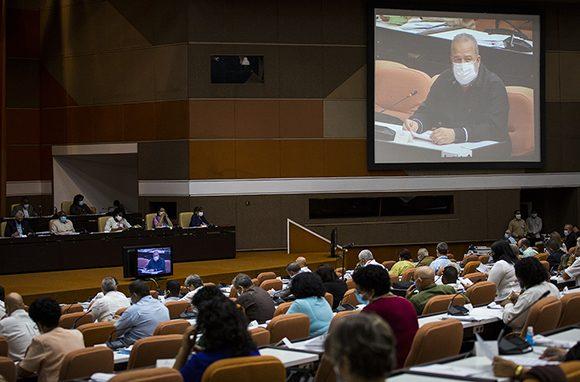 Los diputados cubanos se reúnen por primera vez de forma virtual para cumplir con las medidas impuestas por la pandemia causante de la COVID-19. (Foto: Cubabate)