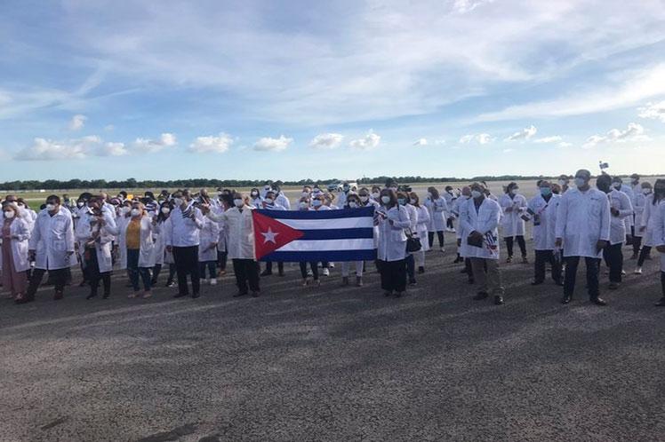 La comitiva procedente de Veracruz constituye parte de la brigada cubana que prestó servicios en México. (Foto: PL)