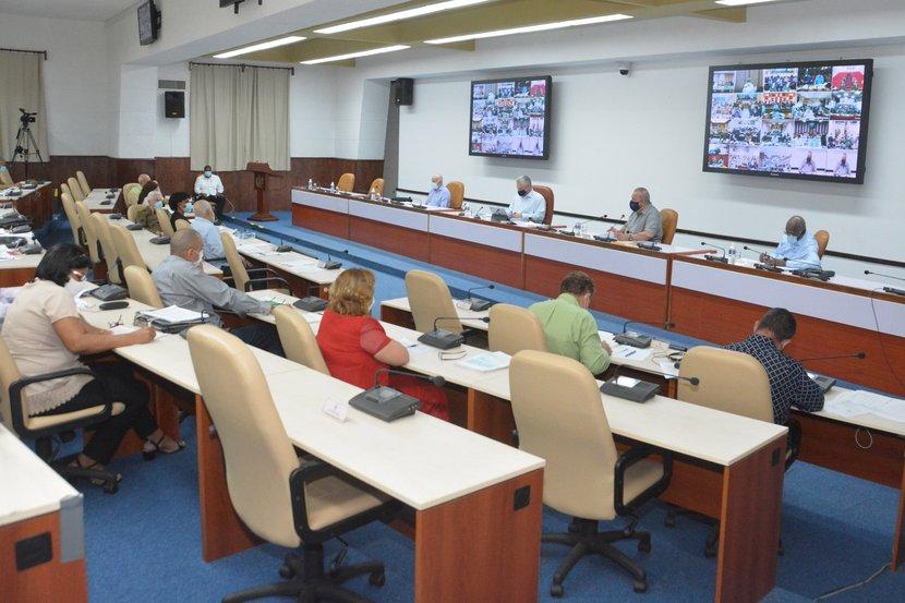 El presidente cubano encabezó la videoconferencia realizada con los gobernadores y el intendente del municipio especial Isla de la Juventud. Foto: Estudios Revolución.