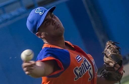 Pedro Álvarez, que tiró tres y dos tercios, se anotó punto por juego salvado. (Foto: Ismael Francisco/Cubadebate)