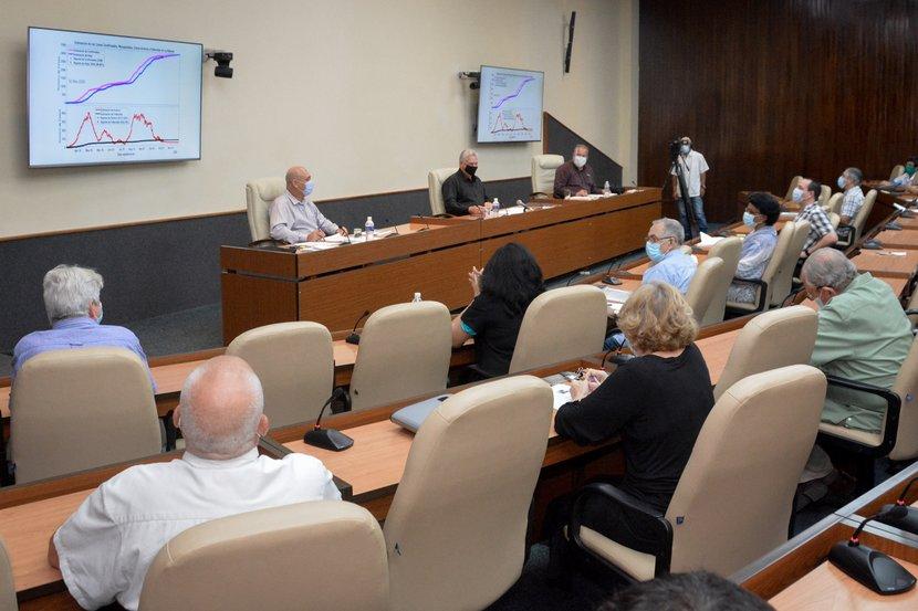 Díaz-Canel recibió una actualización acerca de las principales actividades de investigación e innovación desarrolladas en el IPK. Foto: Estudios Revolución)