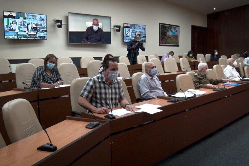 En el encuentro, el Ministro de Salud Pública reconoció que Sancti Spíritus lleva dos semanas consecutivas en que disminuyen los casos confirmados. (Fotos: Estudios Revolución)