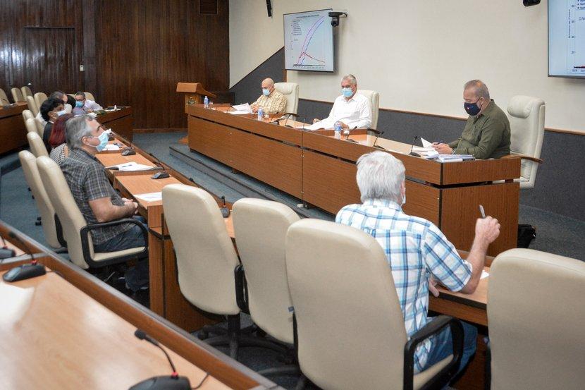 Díaz-Canel y Manuel Marrero sostuvieron un nuevo encuentro con expertos y científicos que contribuyen en el enfrentamiento a la epidemia. (Foto: Estudios Revolución)