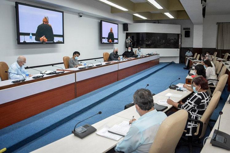 El documento fue presentado a Díaz-Canel y otros dirigentes gubernamentales. (Foto: Estudios Revolución)