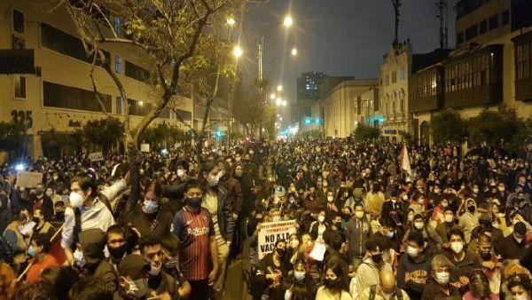 Los movilizados se mantienen concentrados ante la sede del Congreso y otras importantes plazas del país. (Foto: TeleSUR)