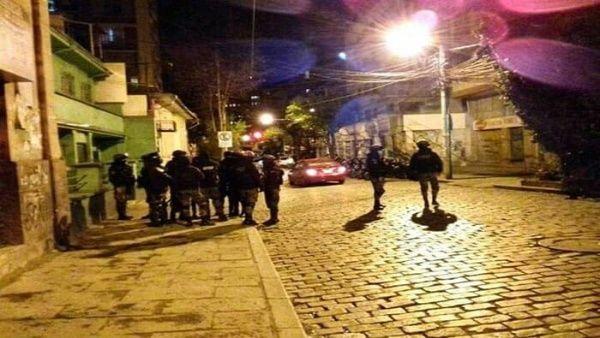 El atentado contra Luis Arce fue perpetrado por un grupo de personas que detonaron un aparato con dinamita en las afuera de la sede del MAS. (Foto: @DrSuazo915 / TeleSUR)