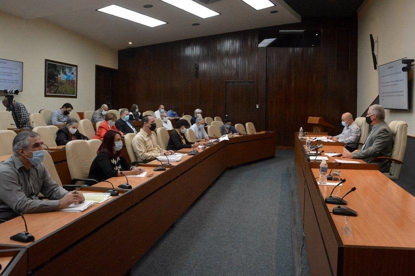 Díaz-Canel felicitó a los científicos vinculados al enfrentamiento a la COVID-19, verdaderos maestros de la investigación incansable. (Foto: Estudios Revolución)
