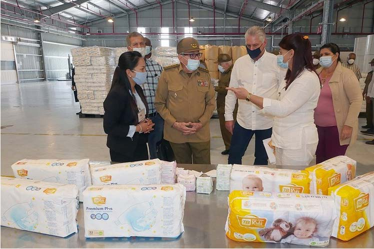 Raúl Castro comentó su alegría por el hecho de que la primera manufactura de la Zona en visitar fuera precisamente de Vietnam. (Foto: PL)