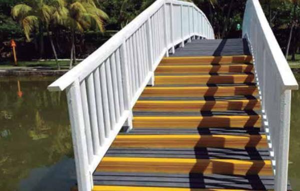 La ecomadera tiene varios usos: pasarelas de playa, pérgolas, soleadores, cercas, puentes y otros, subrayó  Pavel Sánchez. (Foto: Cortesía del entrevistado)