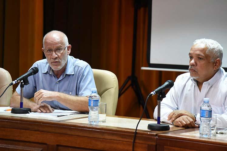 Fernando Rojas (izquierda) recalcó la voluntad de diálogo de su gobierno con artistas y escritores, en especial con los jóvenes. (Foto: PL)
