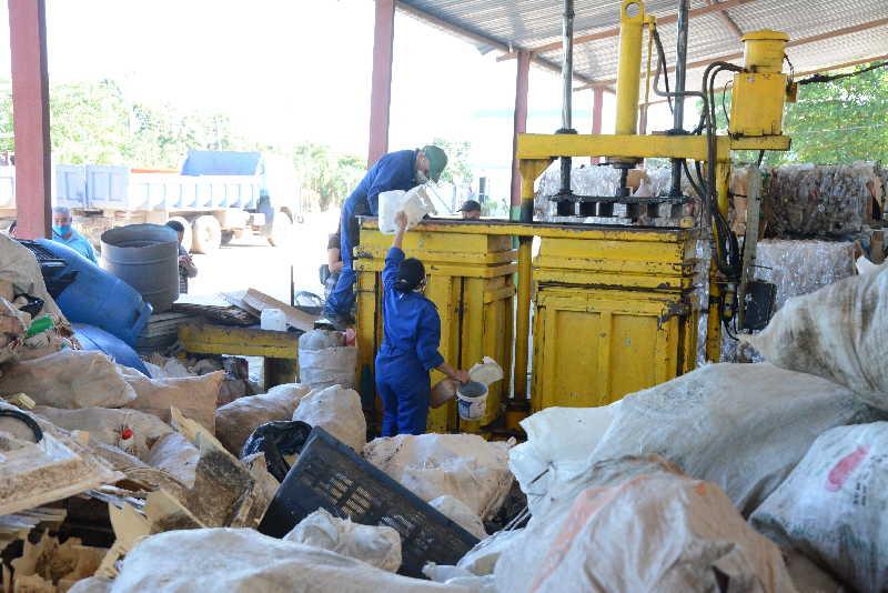 La máquina trituradora de plástico humaniza la labor del hombre y favorece el proceso del reciclaje. (Fotos: Vicente Brito / Escambray)