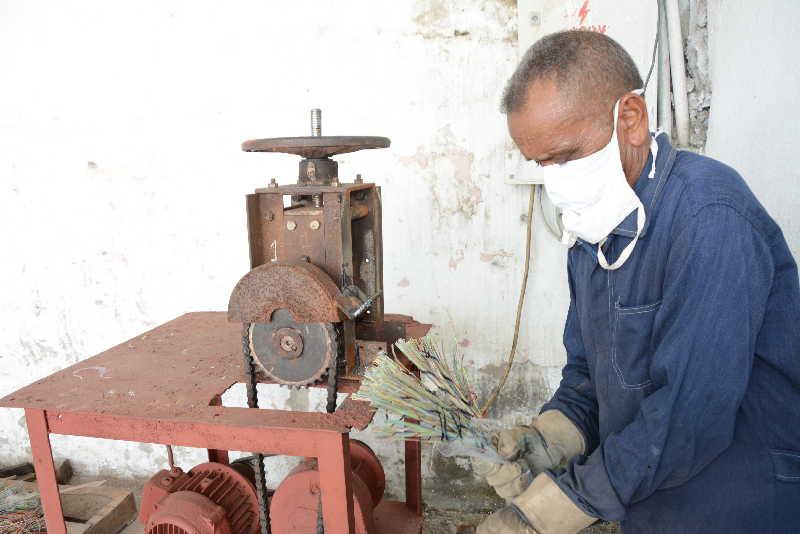 La máquina de hacer grampas fue uno de los últimos inventos del colectivo para aportar valor agregado a la materia prima.