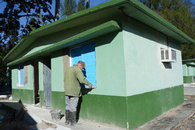 Las acciones comprenden la reparación y pintura de algunos locales. (Foto: Vicente Brito / Escambray)