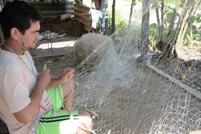 Algunos pasan la etapa de pandemia resguardados en casa y tejiendo artes de pesca.