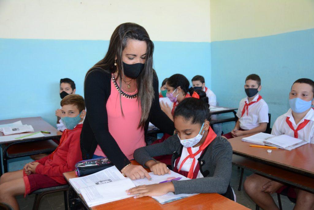 Ivis prefiere trabajar con los niños de la Enseñanza Primaria. (Fotos: Vicente Brito / Escambray)