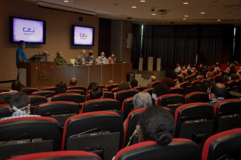 Díaz-Canel aseguró que ningún otro país ha tenido esta experiencia de una juventud involucrada en múltiples escenarios del combate a la pandemia. (Foto: Estudios Revolución)