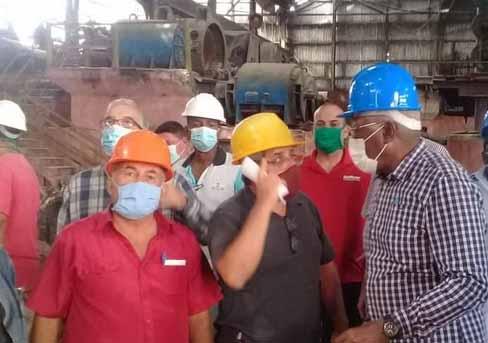 """""""Le agradeceríamos mucho que se propongan hacer más azúcar"""", significóó Valdés Mesa. (Foto: José Luis Camellón)"""