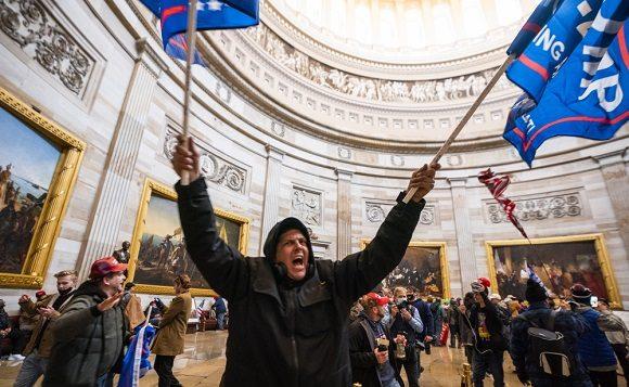 Los partidarios del presidente de los Estados Unidos, en el Capitolio después de violar la seguridad. (Foto: EFE)