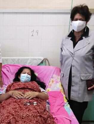 La ministra de Educación Ena Elsa Velázquez visitó a los sobrevivientes del accidente de Güines. Foto: Cortesía de la entrevistada