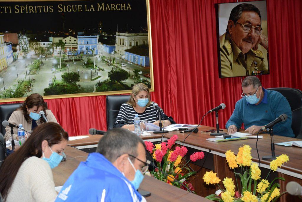 Deivy Pérez Martín, primera secretaria del Partido en la provincia, subrayó la exhortación de reducir la movilidad y salir a la callesolo cuando resulte estrictamente necesario. (Foto: Vicente Brito / Escambray)