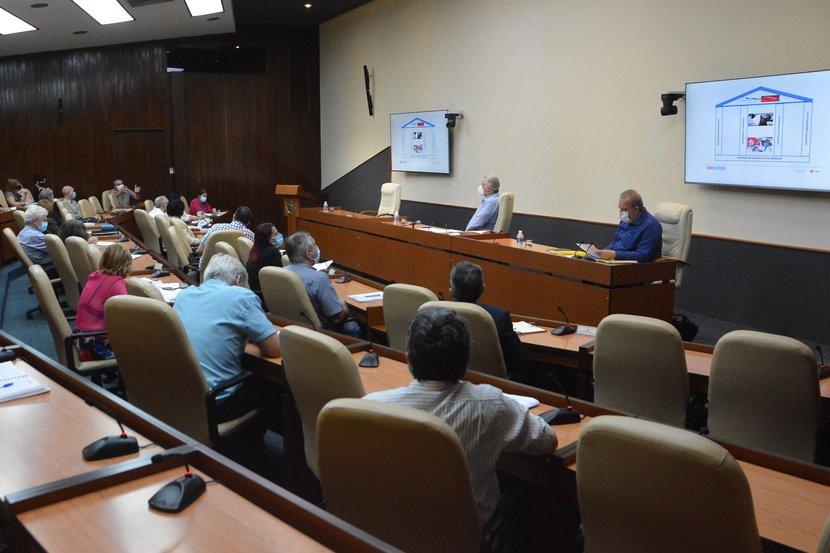 Díaz-Canel sostuvo un nuevo encuentro con los científicos y expertos que participan en el enfrentamiento al nuevo coronavirus. (Foto: Estudios Revolución)